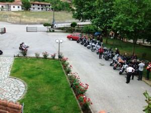 Massenauflauf am Hotel - 32 Moppeds wollen untergebracht sein...