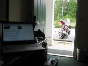 Blick vom Schreibtisch auf unser Mopped direkt vor der Tür.