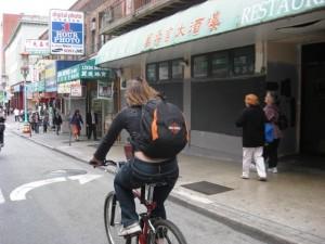 Immer die Harley im Herzen: Kerstin beim durchqueren von Chinatown.