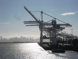 Blick auf die Hafenanlagen Oaklands und die Silhouette von San Francisco.