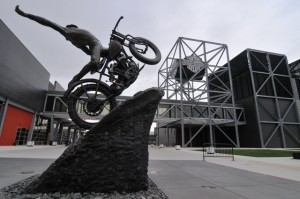 Vor dem Harley-Museum in Milwaukee.