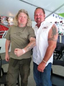 Harley-Dealer John und Jens im Tattoo-Vergleich.