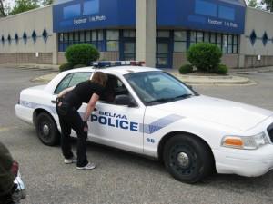 Der Officer plaudert mit Kerstin über Motorräder.