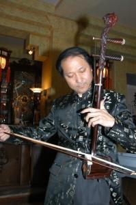 Das Spiel auf der Erhu, der chinesischen Geige, beherrscht Wirt und Küsntler Jiang Guo Lu vortrefflich.