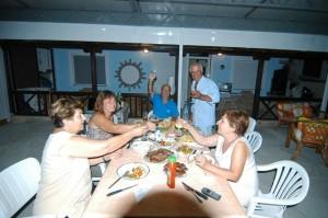 Festessen in Tuzla bei Angelika, Bandi, Kosta und Anna (von links)